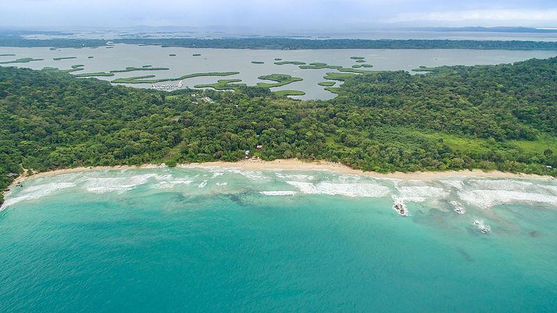 Playa Rana Roja en la isla de Bastimentos.  Foto de Dronepicr.