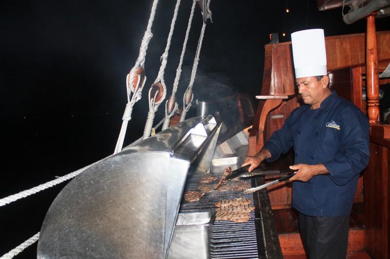 La comida es preparada a bordo del barco