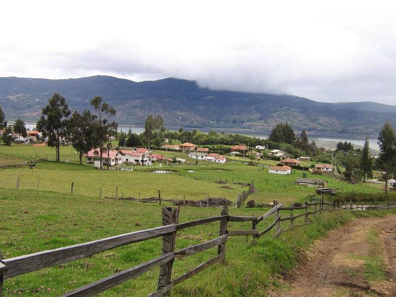 1200px-Guatavita_view