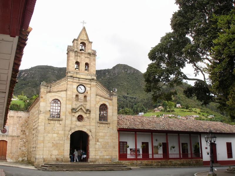 1200px-Iglesia_y_Casa_Cural_del_Divino_Salvador